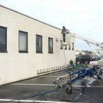 facade rens, medarbejder foran bygning