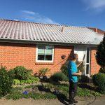 algebehandling, medarbejder foran hus